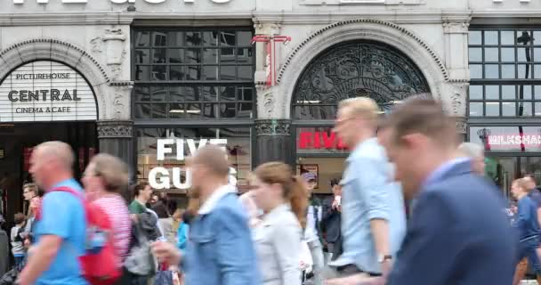 London, Uk, 31. Mai 2019: Crowd of People Walking In Front of Five Guys Fast-Food Restaurant On Coventry Street In London, Großbritannien, Europa - Dci 4k Resolution