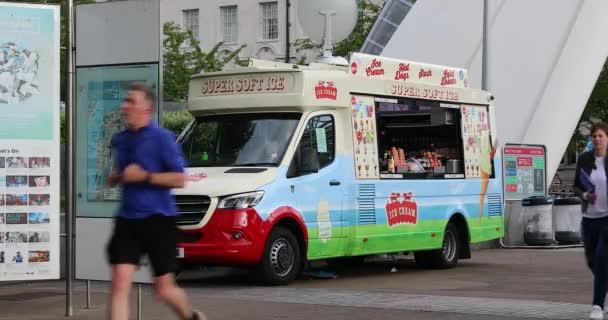 London, Uk, 28. Mai 2019: Ice Cream, Hot Dogs and Cold Drinks Food Truck, moderner Mercedes Van auf der Southbank in London, Großbritannien, Europa. Nahansicht - Dci 4k Auflösung