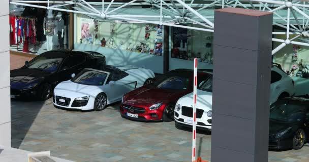 Monte-Carlo, Monaco - 20 giugno 2019: Cinque auto di lusso Park di fronte allhotel Fairmont Monte-Carlo: Ferrari, Audi, Bentley, Mercedes e Maserati In Monaco Sulla Costa Azzurra, Europa - Dci 4k Video