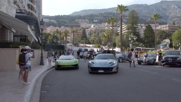 Monte-Carlo, Monako – 20. června 2019: muži parkoviště A luxusní šedé Ferrari 812 Superfast na Kasinově náměstí (Monte-Carlo) v Monaku na Francouzské riviéře, Evropa-4k video