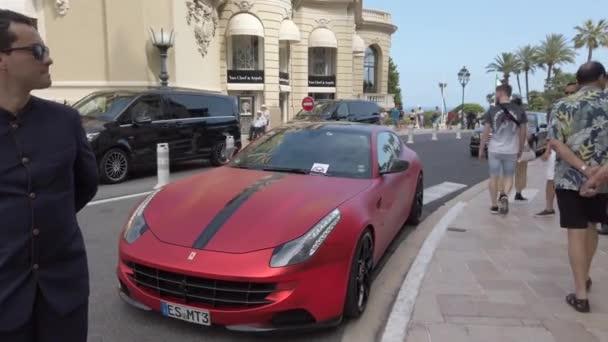 Monte-Carlo, Monako-Květen 1, 2019: nádherný červený Ferrari FF Rosso (pohled zepředu) zaparkovaný před kasinem Monte-Carlo v Monaku, Francouzská Riviera, Francie, Evropa-4k video