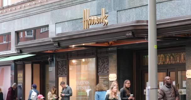 London, Uk, 29. Mai 2019: Harrods Luxury Department Store Facade In London In The Rain, England, Großbritannien, Europa - Dci 4k Resolution