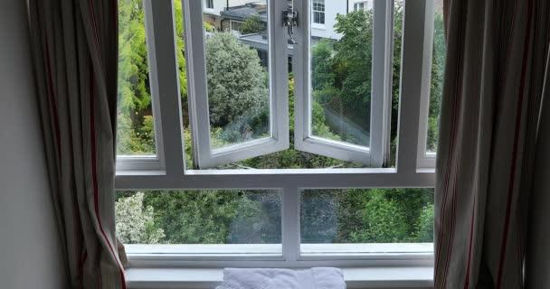 Anglický pohled na zahradu přes okno, Velká Británie, Evropa. Zavřít zobrazení – rozlišení DCI 4k