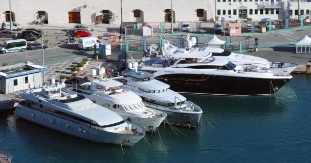 Nizza, Francia - 6 febbraio 2019: Luxury And Beautiful Yachts Charter (Bijoux, Avalon e Maximus) Nel porto di Nizza (Port Lympia) Sulla Costa Azzurra, Mar Mediterraneo, Francia, Europa - Dci 4k Video