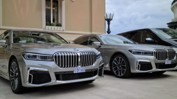 Monte-Carlo, Monako - 13. června 2020: 8K Dva luxusní BMW řady 745Le Hybrid Limousine zaparkované před kasinem Monte-Carlo v Monaku na francouzské riviéře, Evropa - 8K UHD (7680 x 4320)