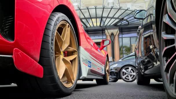 Monte-Carlo, Monako - Červen 13, 2020: 8K Close Up On Red Ferrari Supercar Wheel With Michelin Pilot Sport Cup 2 Pneumatiky a zlaté ráfky, Závodní auto zaparkované v Monaku na francouzské riviéře, Evropa - 8K UHD (7680 x 4320)