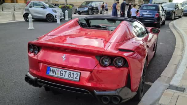 Monte-Carlo, Monako - 9. září 2020: 8K Luxury Red Ferrari 812 GTS In Front Of The Hotel de Paris In Monte-Carlo, Monako On The French Riviera, Europe. Zadní pohled - 8K UHD (7680 x 4320)