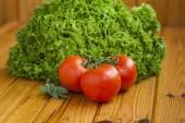 větvičku rajčat na dřevěný stůl