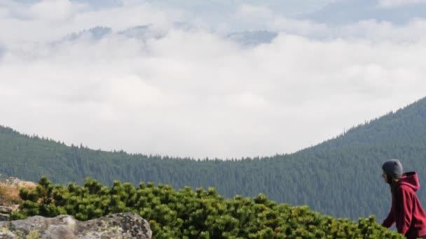 Žena je lezení horského hřebene