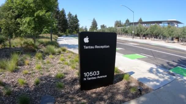 Cupertino, Ca, Spojené státy - 12. srpna 2018: Apple projevem nové kanceláře recepce společnosti Apple v Tantau Avenue z Cupertina, Silicon Valley, Kalifornie