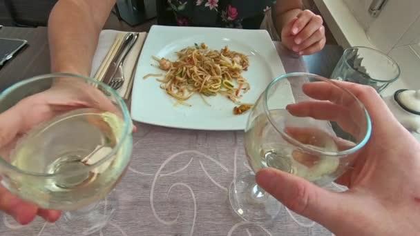 bílé víno brýle na zdraví