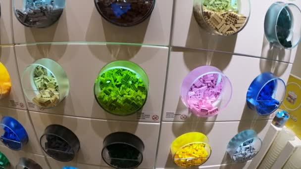 vícebarevná Lego kontejnery