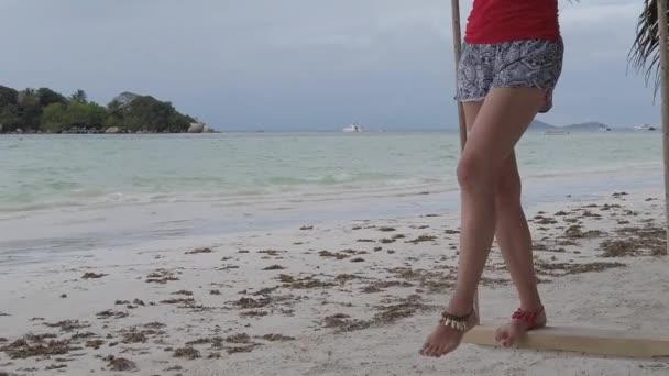 Schaukeln am tropischen Strand