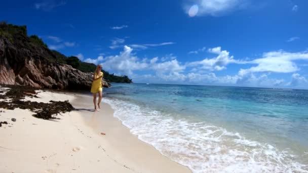 Frau läuft in Zeitlupe auf Seychellen zu