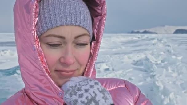 Dívka na krakované ledu zamrzlé jezero Bajkal. Žena cestovatel zkoumá a dívá na ledová kra. Je to kouzelné nejčistší místo v přírodě. Ice arounds cestovatel svou cestu