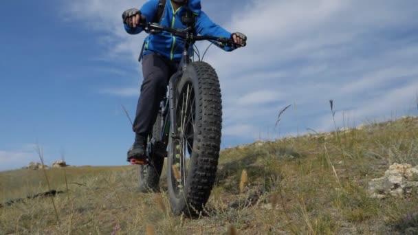 FAT bike nebo kola fatbike nebo fat pneumatiky na kole v létě projíždět do kopce