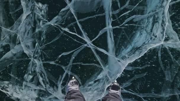 Die Person ist tagsüber Eislaufen. Das ist nicht der Fall. Mann, der in der Natur Eishockey-Schlittschuhe fährt. Winterspaß im Freien für Sportler bei schönem Winterwetter. Menschen auf Schlittschuhen genießen Winteraktivitäten in der Natur, Spaß haben.