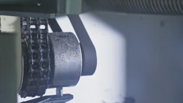 Strojní pila kotoučová pila. Výroba plastové vodovodní potrubí továrny. Proces tvorby plastové trubky na obráběcích strojů s použitím tlaku vody a vzduchu.