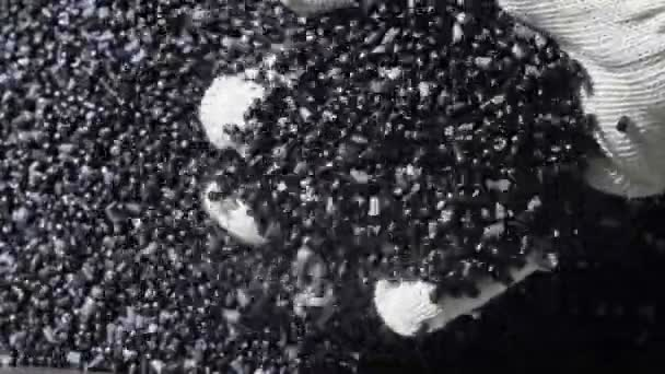 Műanyag fekete szürke granulált morzsa. Gyári műanyag víz csövek gyártása. A víz és a levegő nyomás alkalmazását a gép szerszám műanyag csövek folyamata.