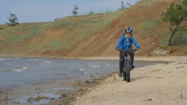 FAT bike neboli kola fatbike nebo fat tire bike v létě jízdu na pláži
