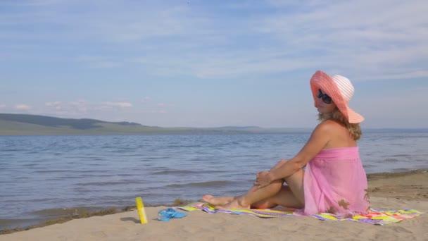 Gyönyörű nő pihenés a tengerparton, és néztem a tenger