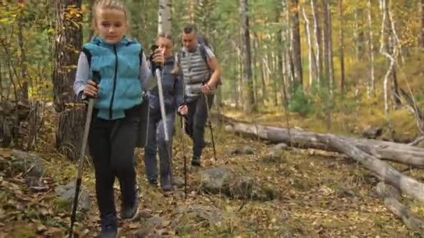 Az emberek gyalog, hegyi patak közelében. Család utazik. Emberek környezet hegyek, folyók, patakok. A szülők és a gyerekek séta, trekking gyalogoltunk. Férfi és nő van, túrázás hátizsákok, lombikok, bögrék.
