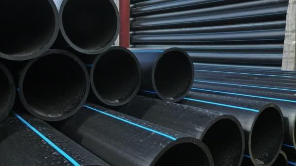 Lager der fertigen Kunststoffrohre industrielle Außenlager. Herstellung von Kunststoff-Wasserrohren Fabrik.