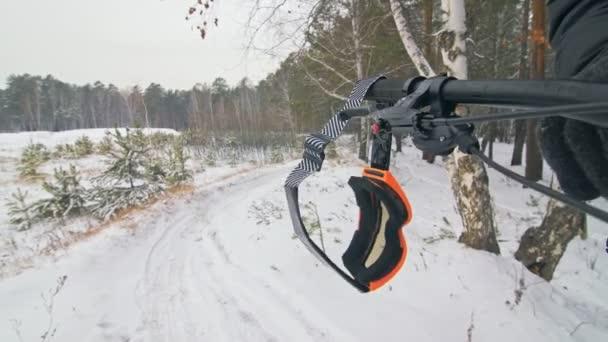 Brýle zavěsit na řídítka jízdního kola. Profesionální sportovec extrémní biker stát fat bike v přírodě. Cyklista sklopit v zimě sníh lese. Muž chůze s horské kolo s velkými pneumatiky v brýlích