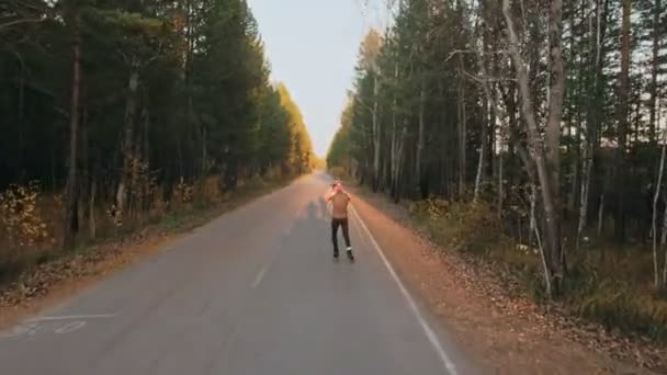 Školení sportovce na kolečkové bruslaře. Biatlon jezdit na kolečkové lyže s lyžařské hole, helmy. Podzimní cvičení. Kolečkové sport. Střelba sportovec v pohybu. Pohyblivé platformy stabilizátor.