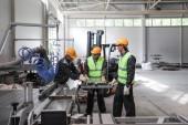 Fényképek CNC gép bolt, esztergálás, technikusai és dolgozói