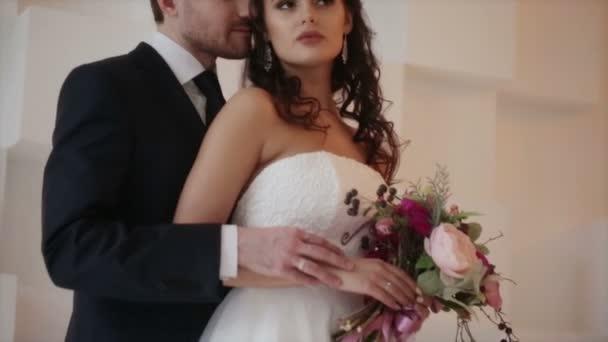 Nevěsta a ženich pózuje na svatební focení