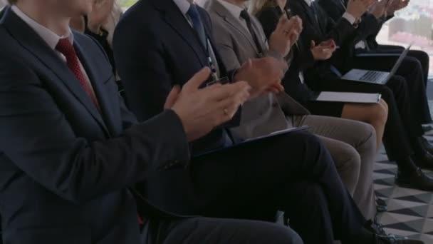 Publikum glücklich Geschäftsleute sitzen im Schulungsraum, Konferenzraum, applaudieren, Lautsprecher
