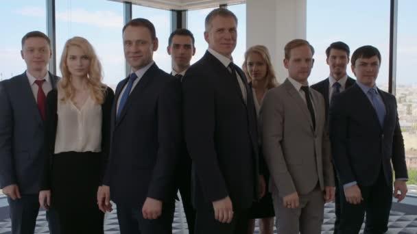 Portrét podnikatelů lidé stojící v kanceláři a ukazuje palec