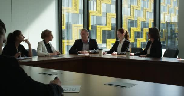 Üzletemberek csoport taps és mosolyog az office ácsorog találkozó táblázat