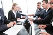 Skupina lidí v kanceláři obchodního jednání, práce s dokumenty sestavy a počítače