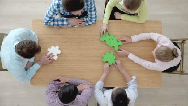 Hipster Business erfolgreiche Teamwork-Konzept, Geschäftsleute Gruppe Montage Puzzle, Ansicht von oben