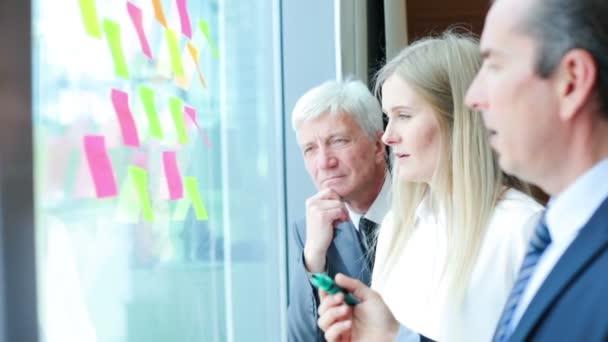 Gruppe von Geschäftsleuten Brainstorming-Ideen. Unternehmer bei einem ständigen Treffen diskutieren Ideen Strategieplanung Problemlösungskonzept