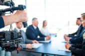 Fotografie Videofilmer filmt Geschäftstreffen