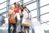 ženy v nákupní centrum