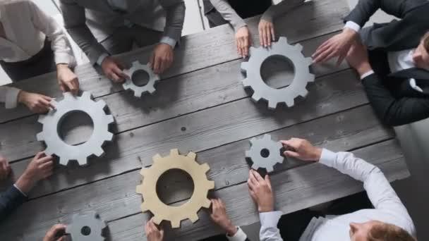 Skupina podnikatelů spojující stříbrné a zlaté barevné převody na stole na pracovišti týmová práce koncept
