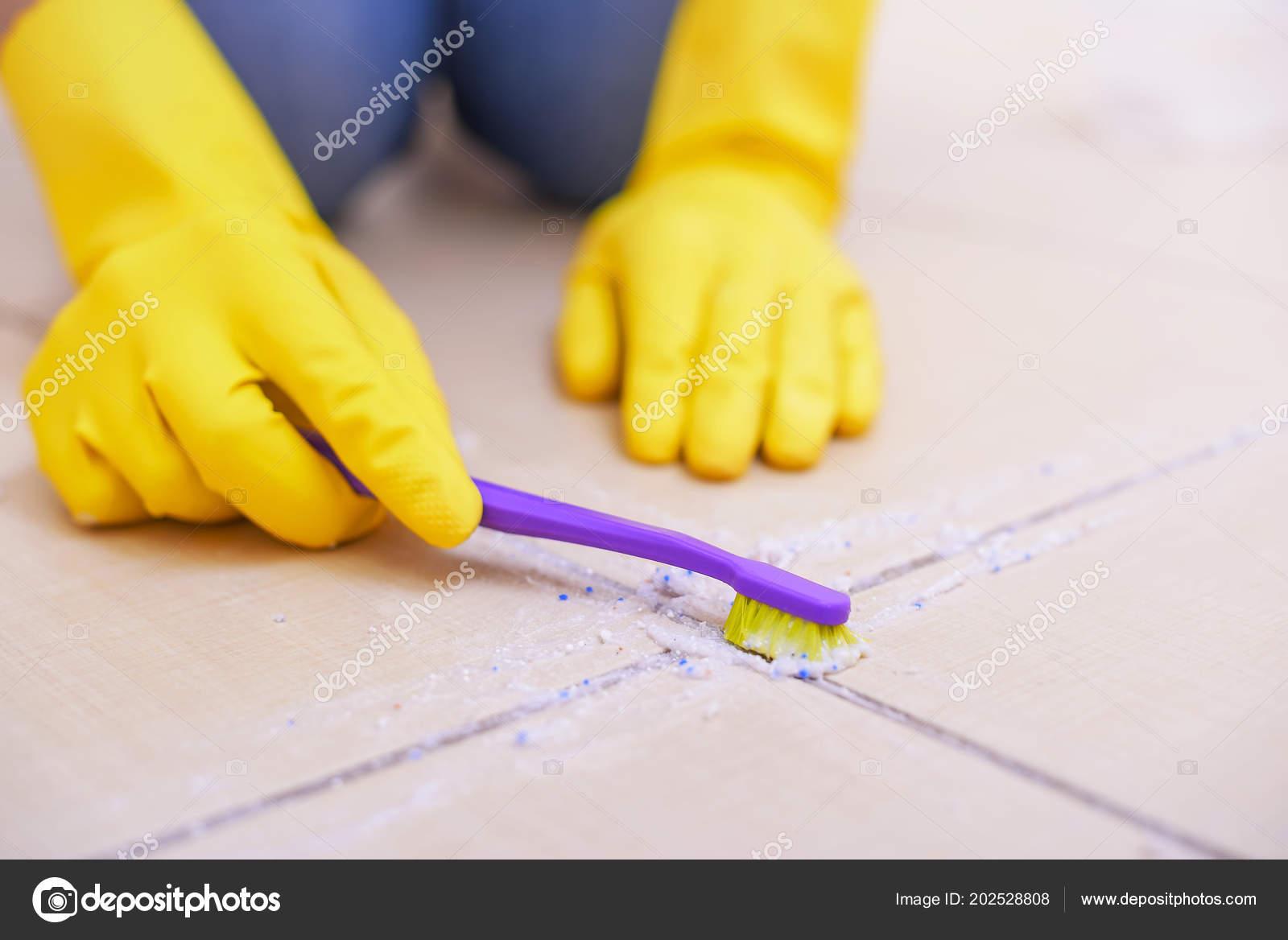 Fußboden Fugen Reinigen ~ Reinigen sie die fliesen auf dem fußboden u stockfoto tanya