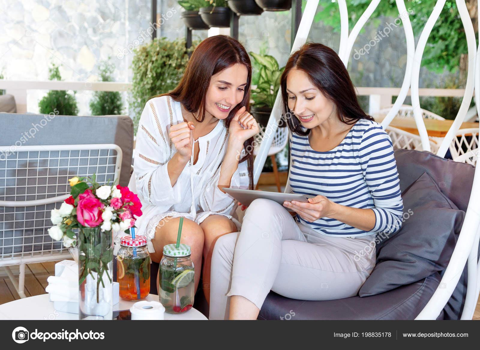 a896b9adb700 Chicas Felizes Glorían Compras Online Con Descuento Café Dos Mujeres ...