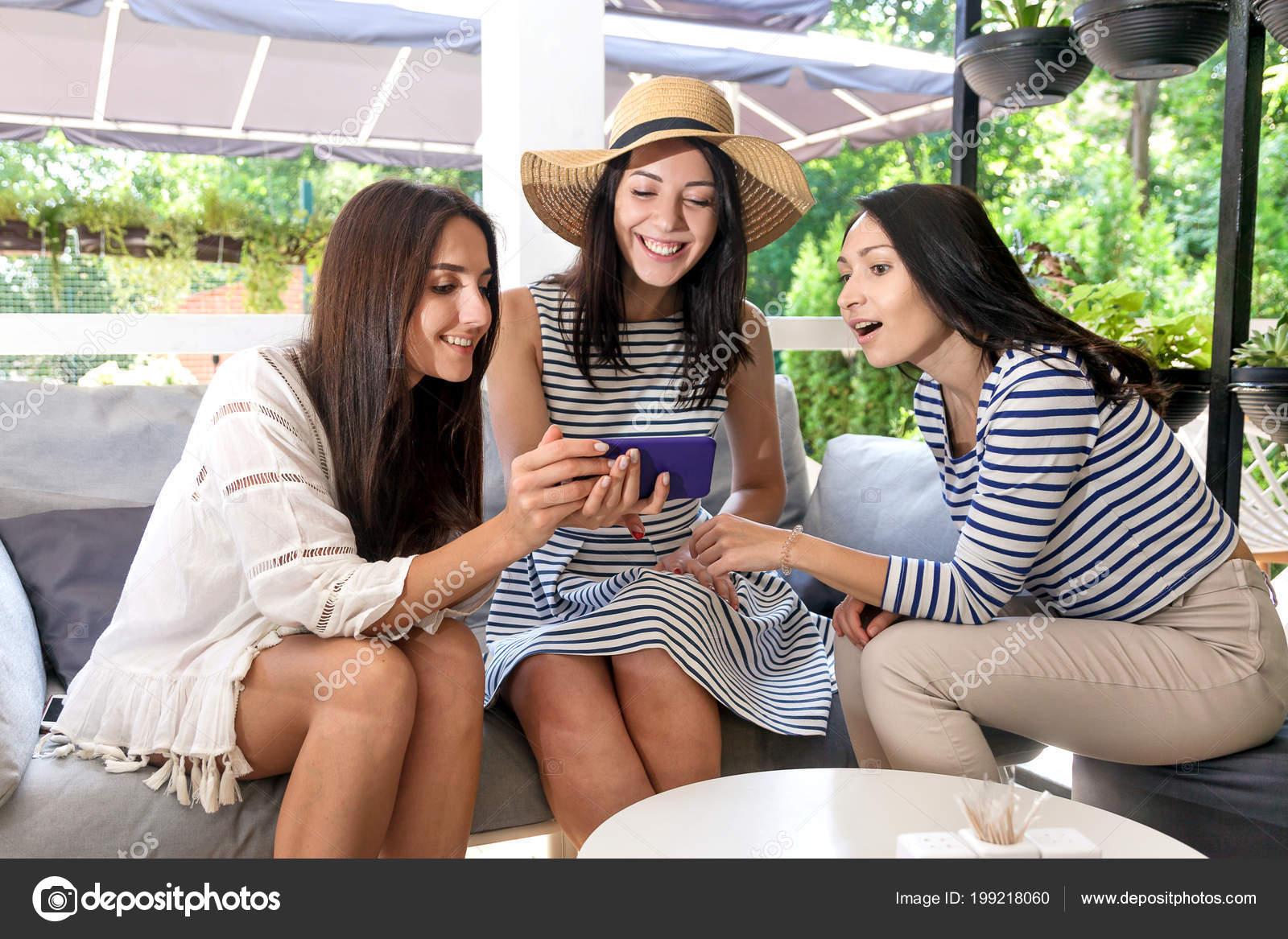 7f9f028251e4 Chicas Felizes Glorían Compras Online Con Descuento Café Tres ...
