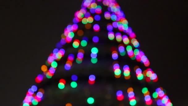 Krásný nový rok pozadí. Vánoční stromeček s krásnou výzdobou. Vánoční osvětlení a krásný smrk