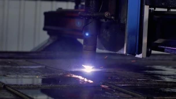 plazmové řezačky. Plazmě robotické průmyslové zařízení pracuje s metall list