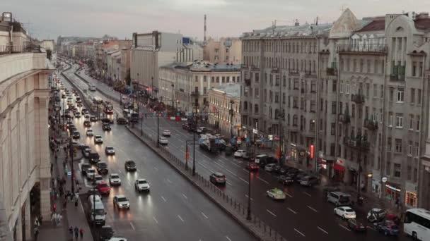 Emberek és autók, este mozog kilátás-Szentpétervár