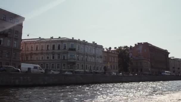 Vodní výlety podél řeky a kanály v Petrohradu. Loď, na koni