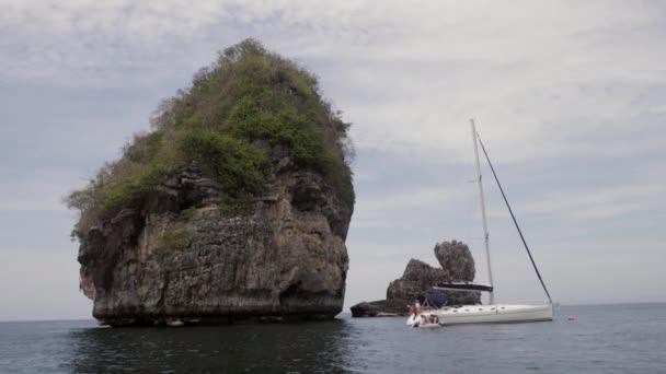 vitorlás közelében rock a tengerben 4k
