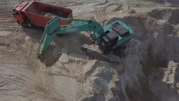 Bagger gräbt Sand und Staub bei Straßenbauarbeiten aus, Nahaufnahme von Schaufel