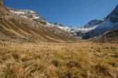 a piedi alla caduta in una valle di montagna